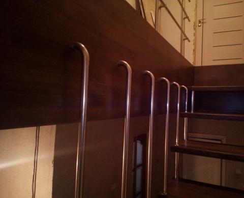 Больцевые ступени с вертикальным ограждением.