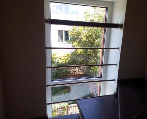 Ограждения на окне из нержавеющей стали